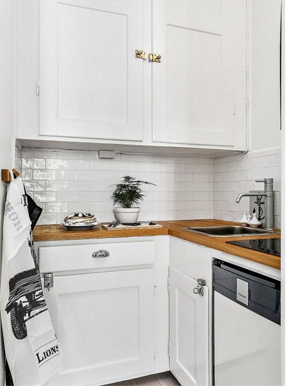 В небольшой кухне расположеной в нише поместилось все необходимое для приготовления пищи.