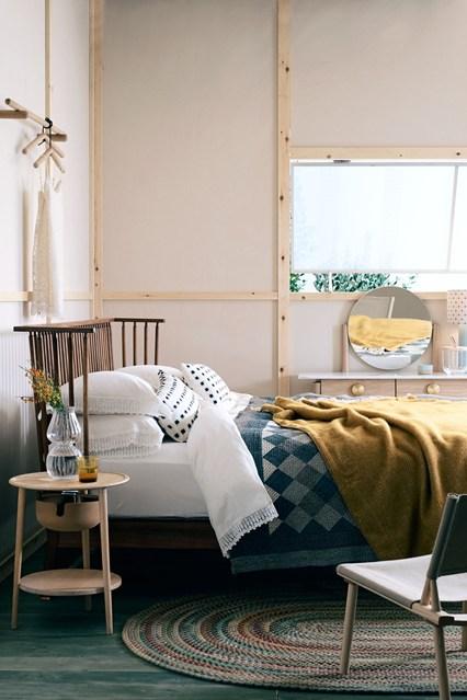 Отделка стен спальни имитирует фахтверх, мебель тоже подобрана очень внимательно.
