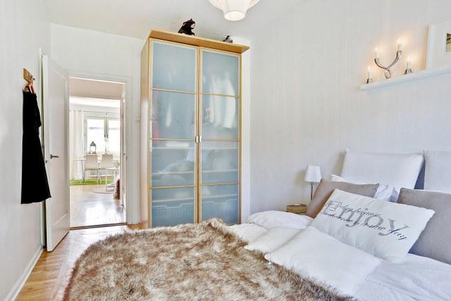Очень часто в спальне можно встретить плательные шкафы - это удобно.
