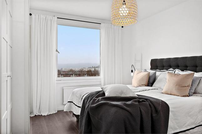 В спальне расположенной с южной стороны потребуются плотные занавески.