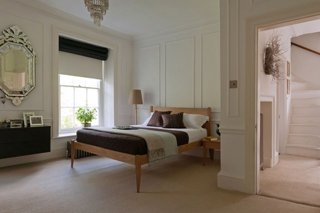 Плотная римская штора - отличное решение для тех кто не любит рано вставать.