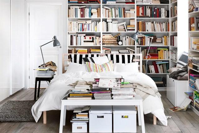 Книжным полкам тоже найдется место в спальне.