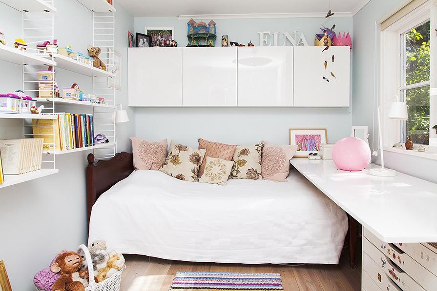 В детской важно иметь много мест для хранения и большой стол.