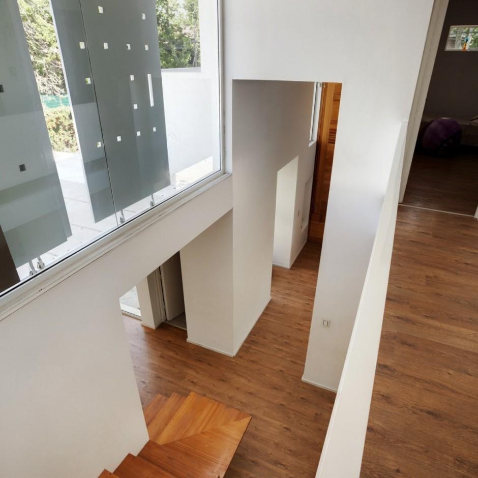 Окна расположены таким образом чтобы показать то что нужно и скрыть лишнее от постояльцев дома.
