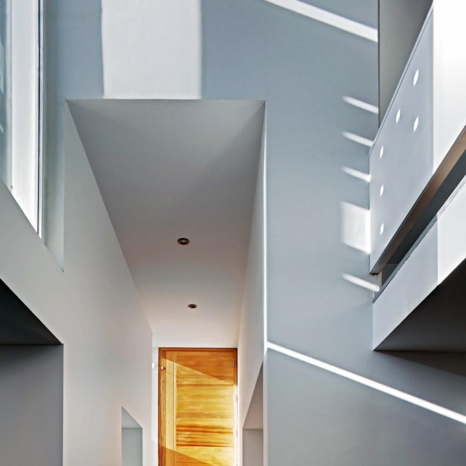 Игра света играет важную роль в восприятии пространства дома.