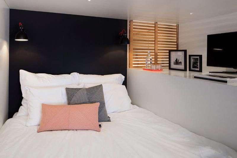 Полноразмерное спальное место на чердаке позволяет расслабиться и отдохнуть.