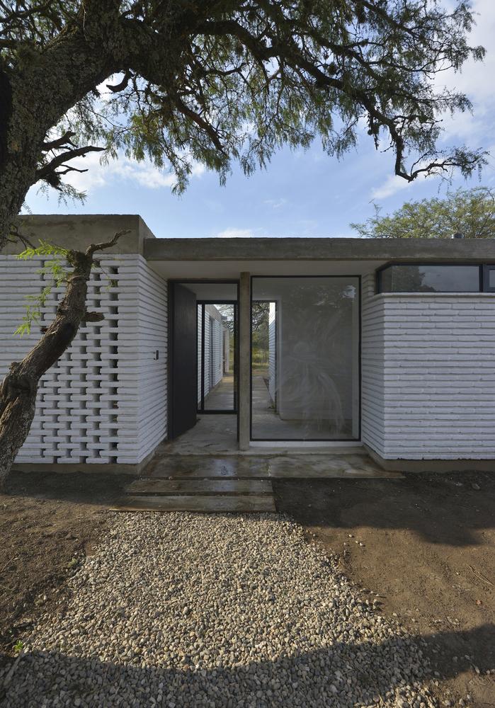 Вход в дом находится в центре дома разделяя его на жилую часть и часть спален.