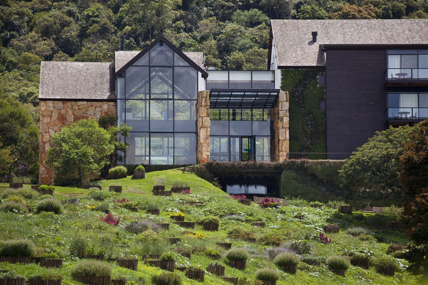 Остекленные фасады домов выглядят очень современно.