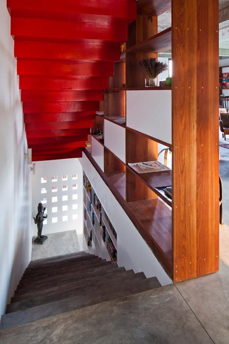 Лестница на второй уровень дома.