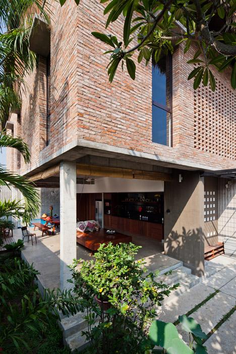 Часть дома на сваях визуально увеличивает пространство и открывает его в сад.