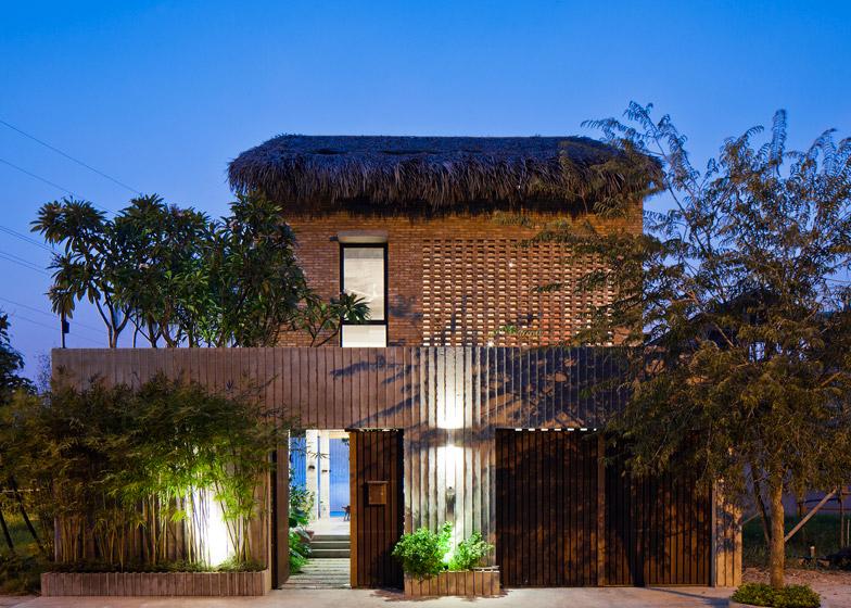 Примерение традиционных материалов не машает дому выглядеть современно.