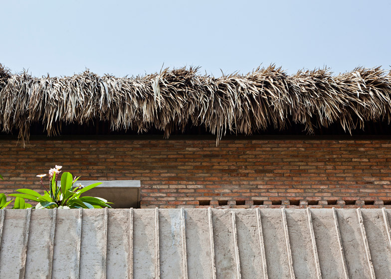Крыша выполнена из пальмовых листьев.