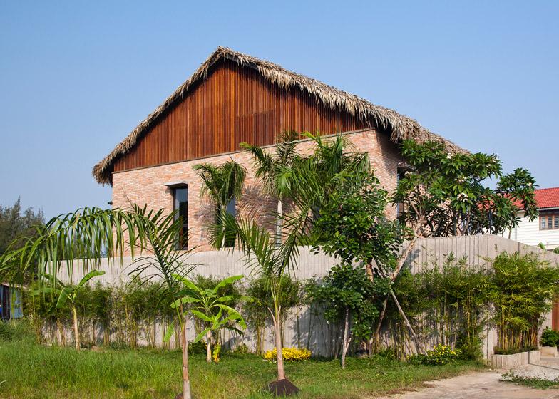 Дом хорошо гармонирует с окуружающим ландшафтом.