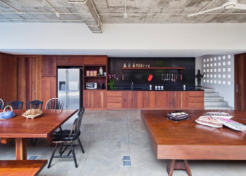 Пространства кухни, столовой и гостинной образуют большое открытое пространство.