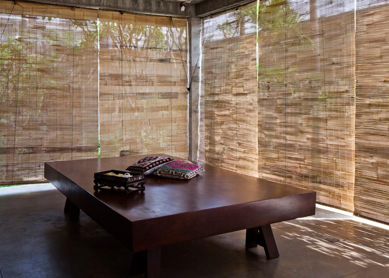 Опускаемые бамбуковые экраны могут защитить гостинную и столовую от дождя.