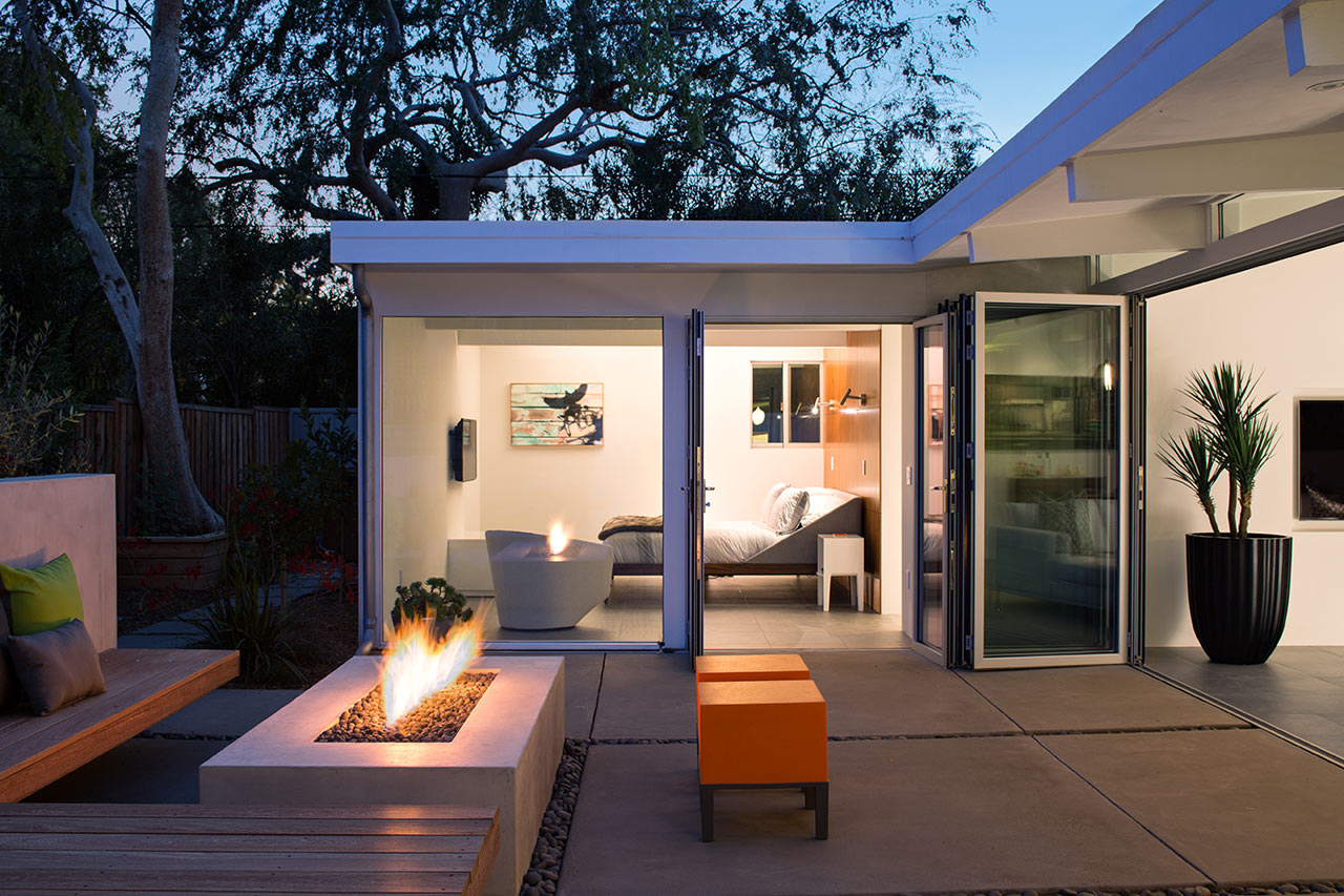 Гостинная продолжается в саду и вокруг газового костра, где особенно уютно в вечернее время.