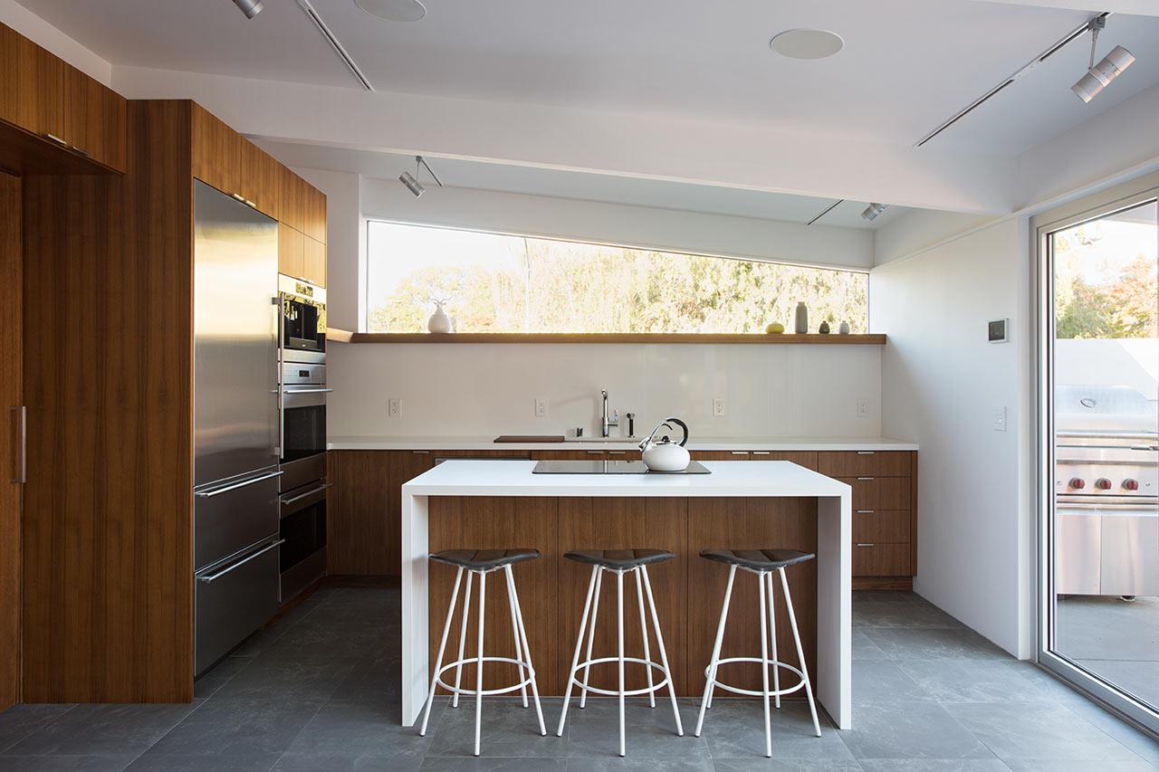 Барная стойка на кухне создает легкую и непринужденную атмосферу.