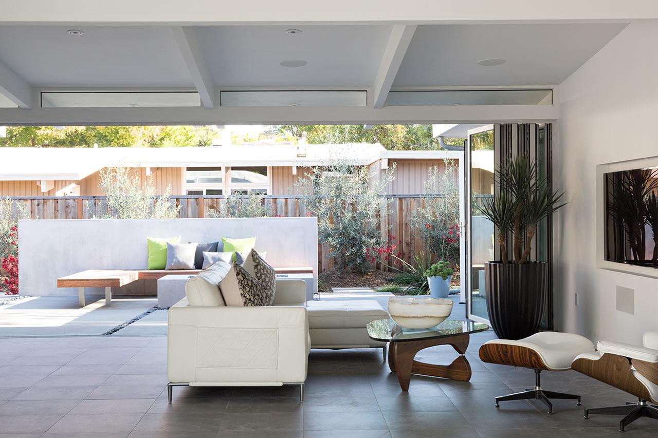 При открытых сдвижных стеклянных перегородках гостинная воспринимается как крытая веранда.