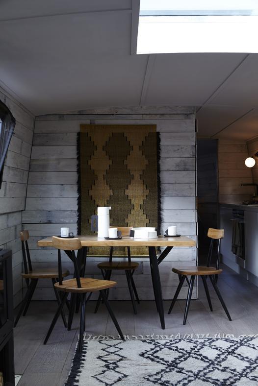 Дизайнерам удалось разместить в небольшом помещении обеденный стол на четыре человека..