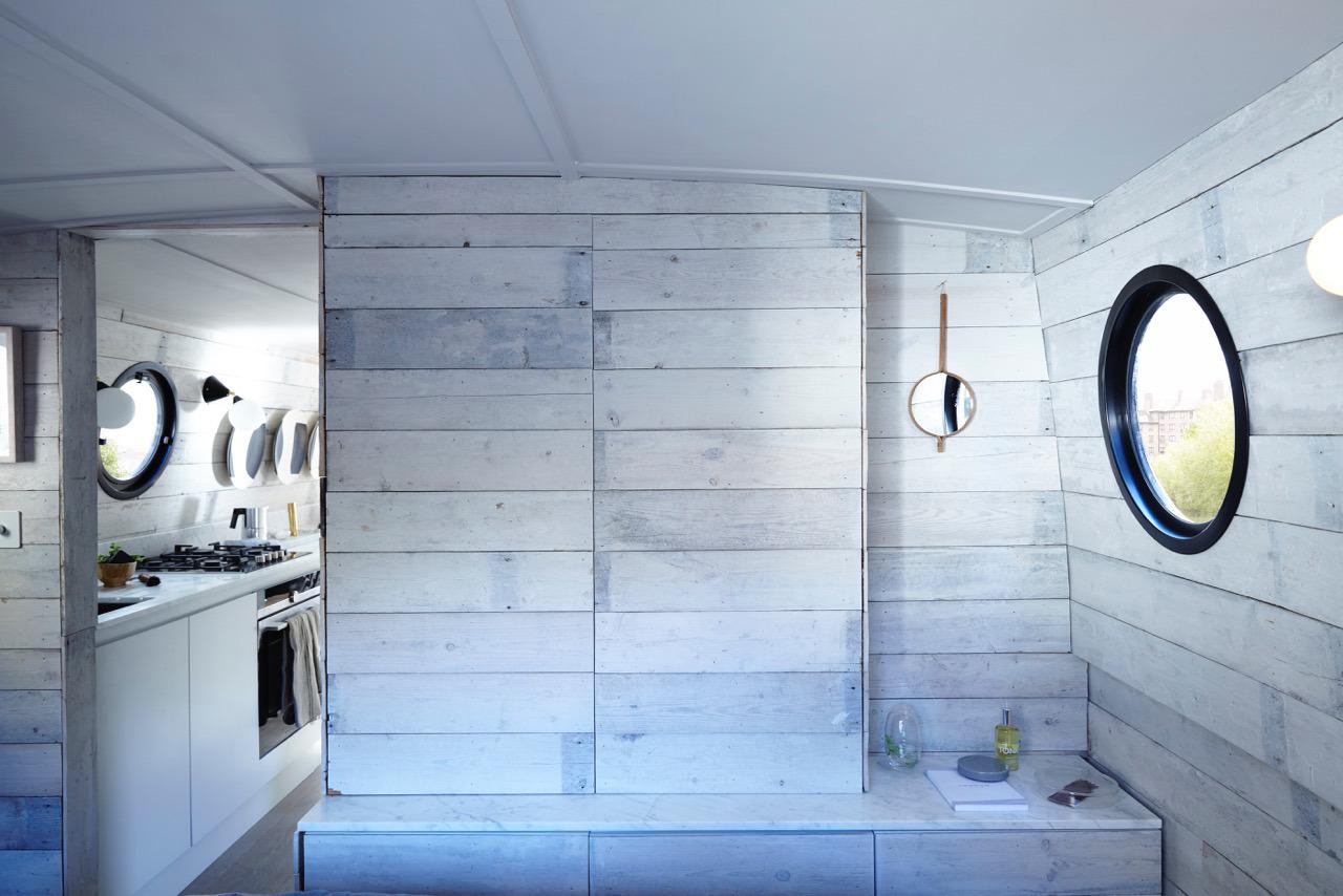 Компактная кухня в непосредственной близости от спальни. Очень удобно :)