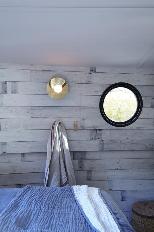 Круглые элюминаторы придают помещениям шарма и напоминают о том что вы находитесь на барже.