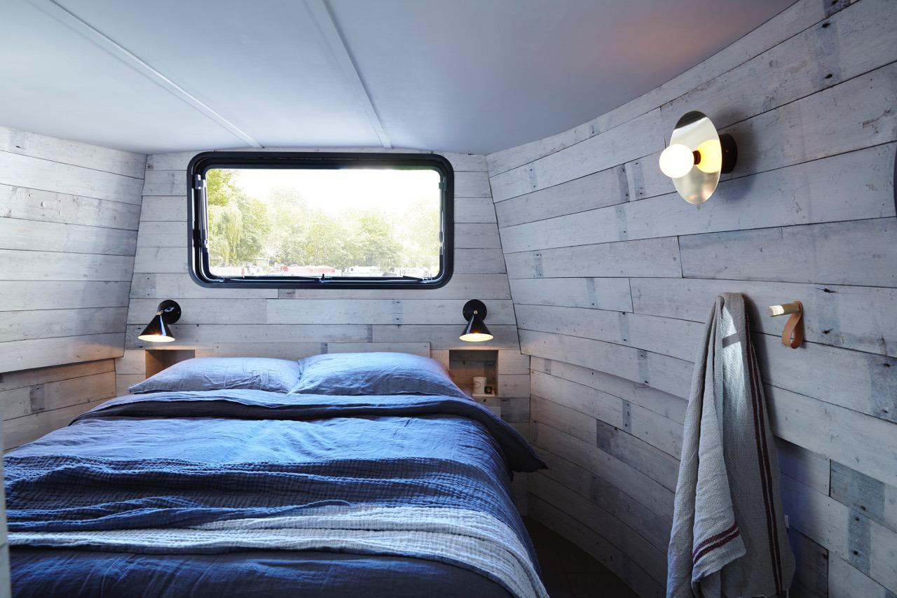 Спальня на барже небольшая, но вполен комфортная.