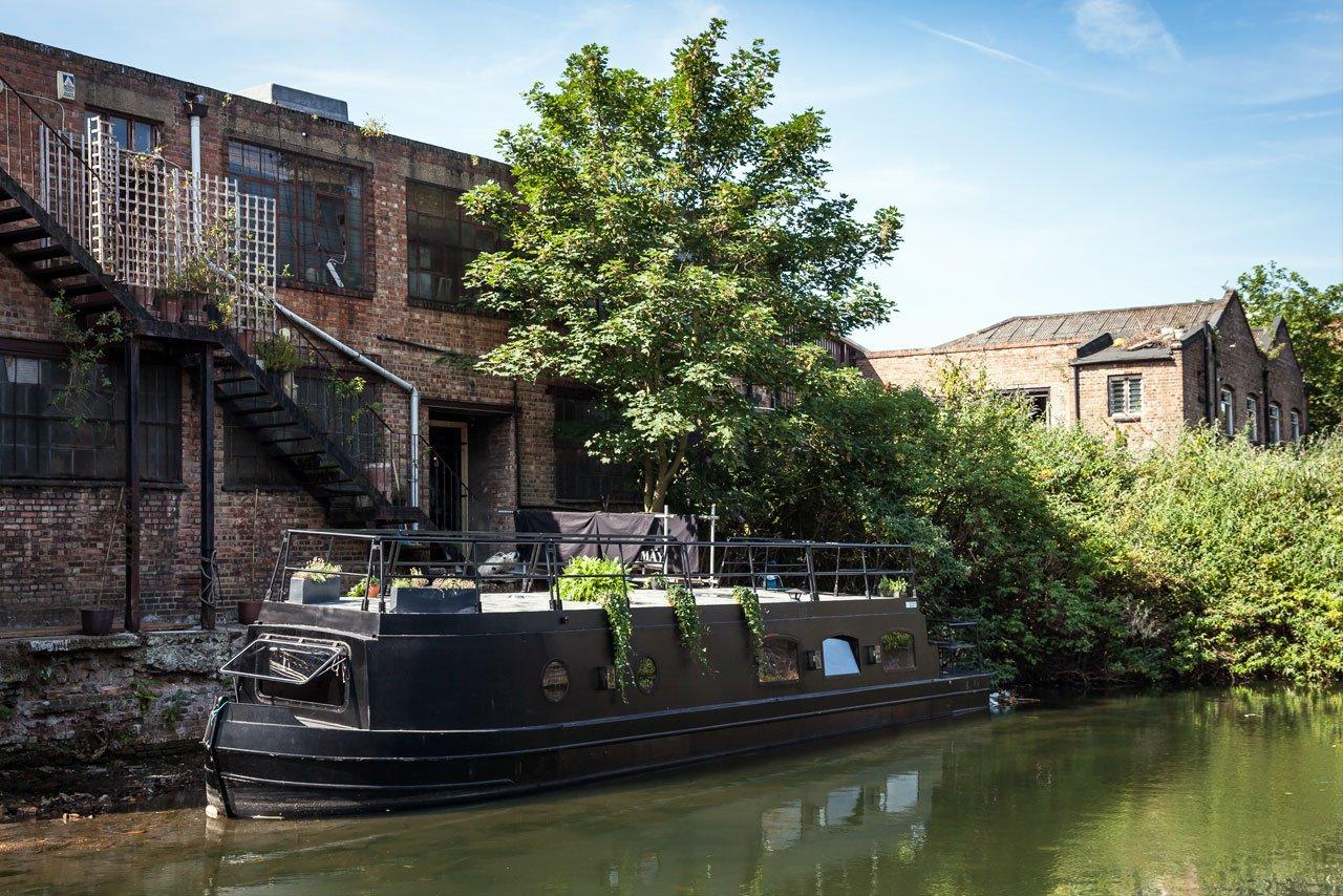 Жилая баржа органично смотрится пришвартованная в лондонском канале.