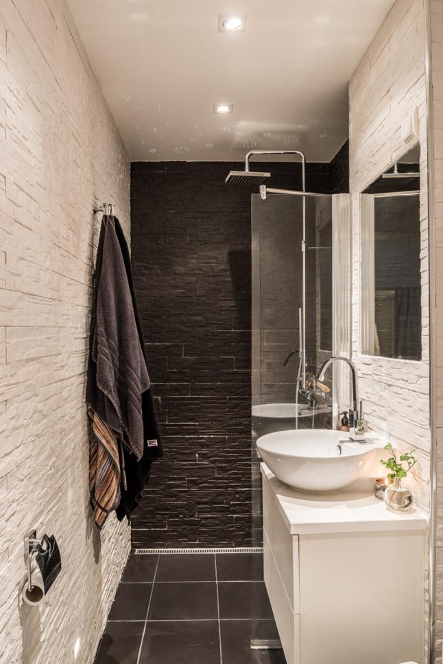 Души и туалет выполнены в контрастных тонах.