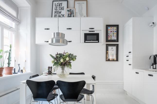 Кухонные шкафчики на одной из стен кухни подняты достаточно высоко, поэтому не отнимают пространства кухни ни визуально, ни функционально.