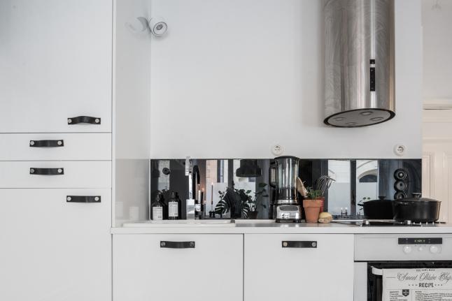 Полноценная светлая кухня. Вытяжка из нержавейки больше характерна стилю лофт.