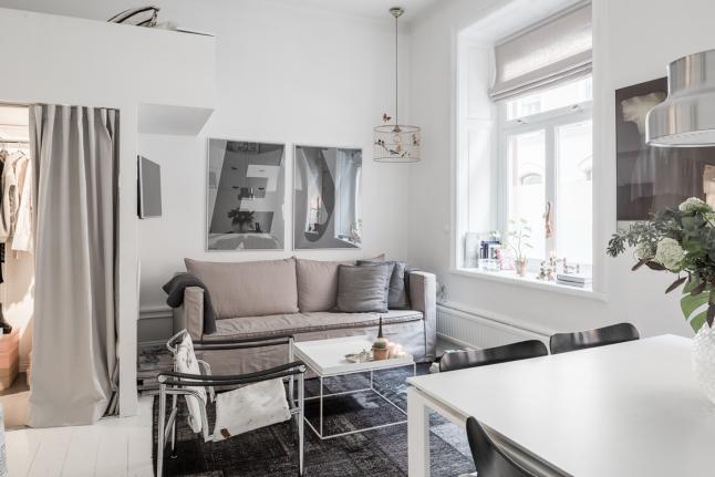 Телевизор закреплен на стене на кронштейне, что позволяет его смотреть как из кухни, так и с дивана.