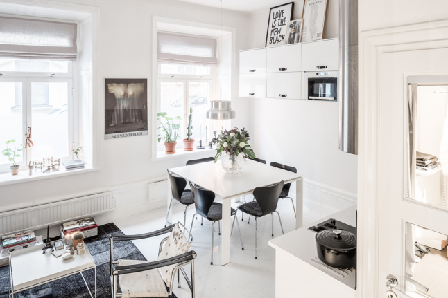 В результате правильного выбора цветов и правильной расстановки мебели в квартире-студии было размещено все необходимое. Квартира кажется больше чем есть на самом деле.