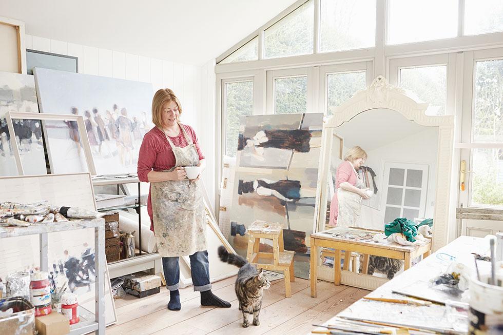 Полосатый Муззи составляет компанию Каролайн в ее мастерской, которая пристроена к дому сбоку.
