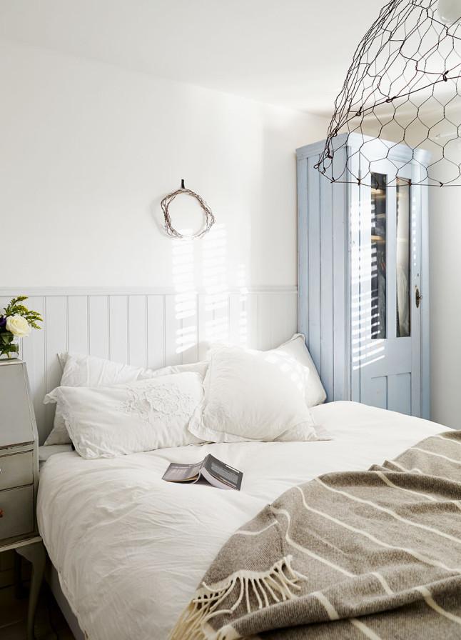 Вторая спальня в доме соответствует общей стилистике дома и выдержана в светлых тонах.